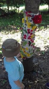 bambino-addobba-quercia